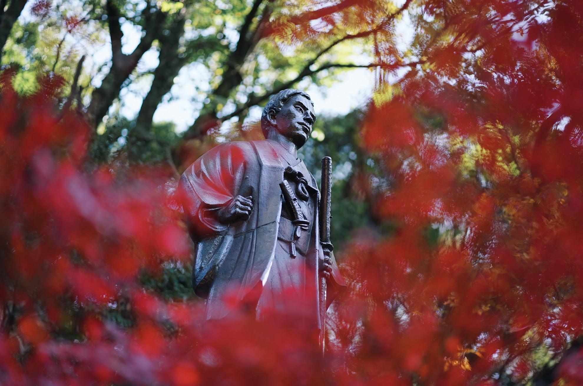 高杉晋作銅像と紅葉