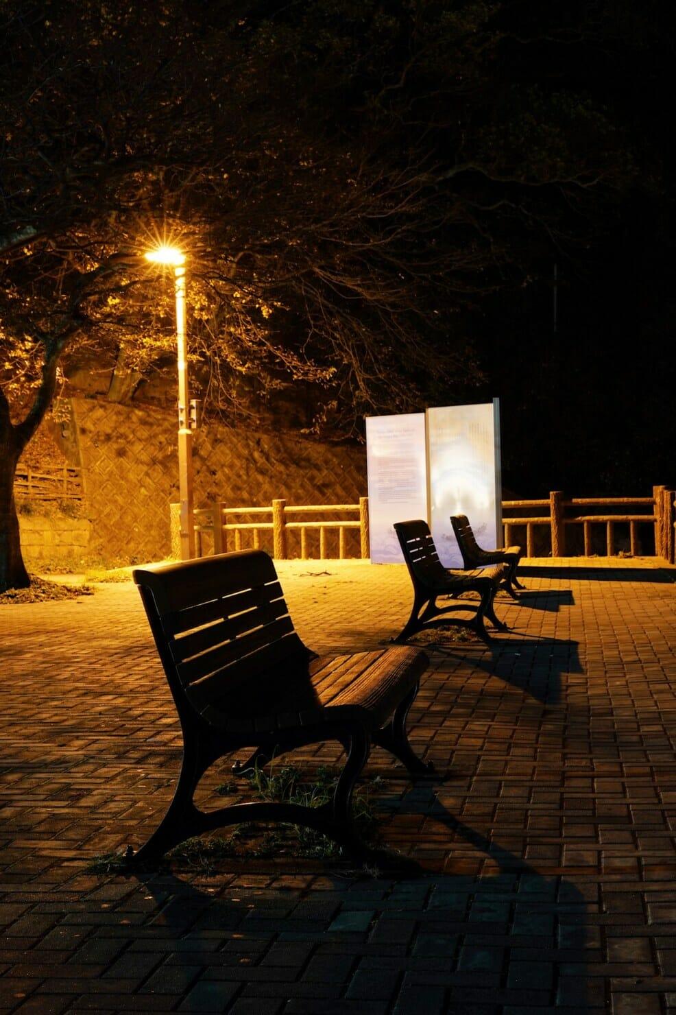 めかり公園のベンチ